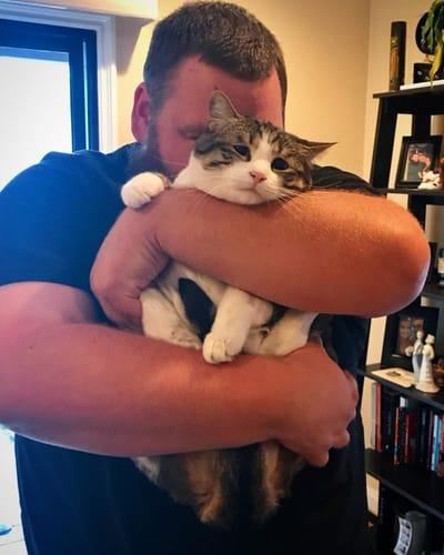 gatita con su dueño