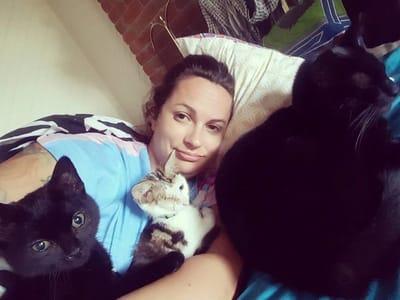 gato negro con mujer