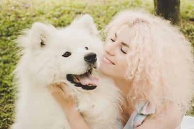 donna-con-cane-bianco