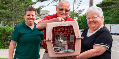 anziano-tiene-trasportino-del-gatto