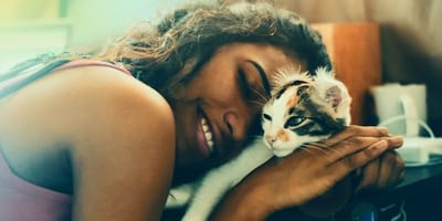 Donna che si accoccola su un gattino