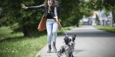 Un perro da un paseo con su dueña