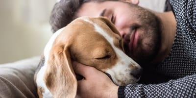 cane e padrone abbracciati