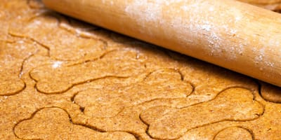 teig mit wellholz und kekse in form von knochen