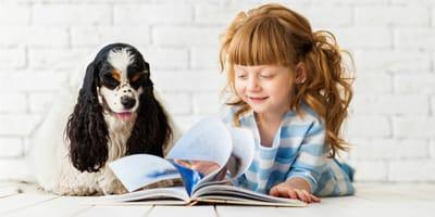 Ciekawy pies i dziewczynka