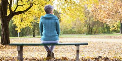 Einsame Frau im Wald