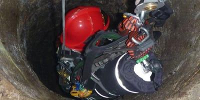 Pies, który wpadł do 30-metrowej studni uratowany przez strażaków