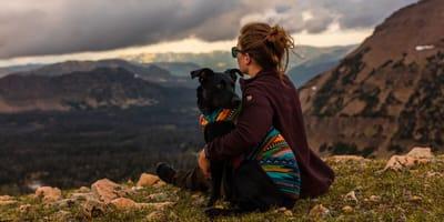 Dziewczyna w górach z psem