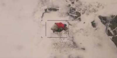 Elicottero sulla montagna: alla vista di un pacco scende subito (Video)