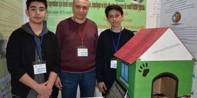 Zwei türkische Schüler mit Hundehütte