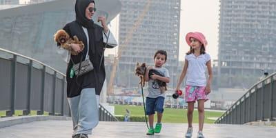 Frau mit Kopftuch Kindern und Hund