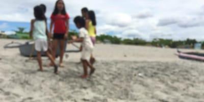 niños en la playa