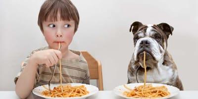 Perros y niños comiendo
