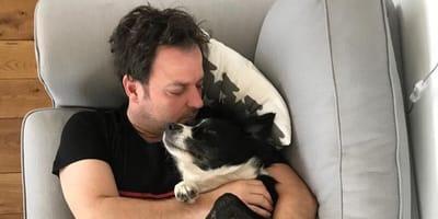 Martin Rütter kuschelt mit Hund
