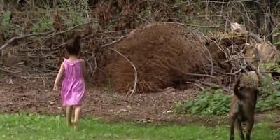 nina al lado de un oso