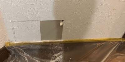 muro-bianco-con-incisioni