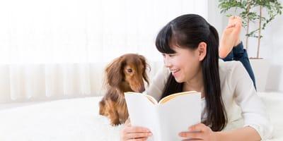 mujer lee frases bonitas para perros a su perro
