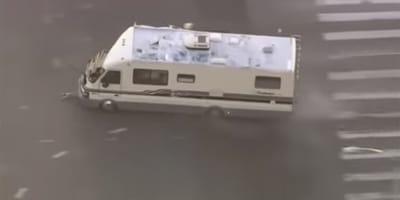 Vídeo: impresionante persecución policial de una caravana robada con dos perros dentro