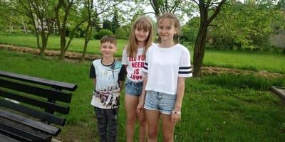 Troje dzieci.