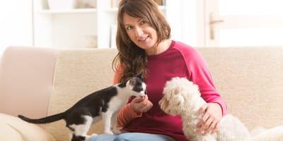 donna con cane e gatto