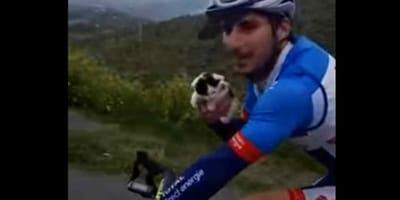 ciclista con gatto in mano