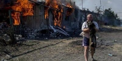 Mężczyzna ratujący psa z pożaru.