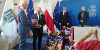 Poznańscy urzędnicy z karmą dla zwierząt.