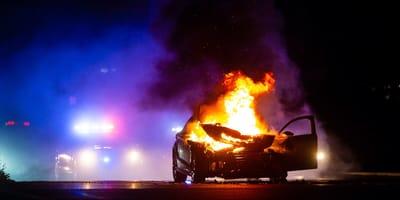 Policja dostaje wezwanie do płonącego samochodu. Pies policyjny prowadzi funkcjonariuszy pod same drzwi podpalacza