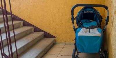 Kinderwagen in Treppenhaus