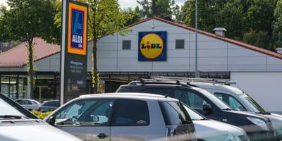Klientka Lidla chowa zakupy do bagażnika, kiedy słyszy odgłosy dochodzące z auta i natychmiast wraca do kasy