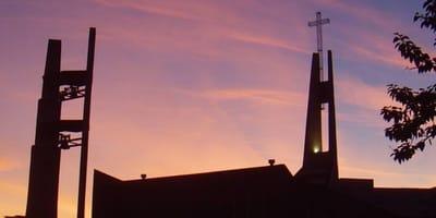 sagoma di una chiesa al tramonto