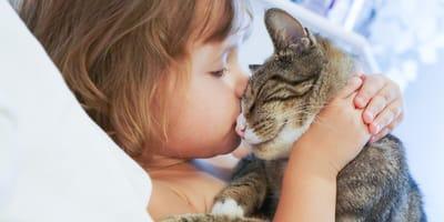 kobieta przytula kota