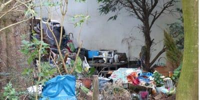 casa piena di rifiuti