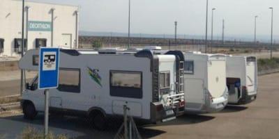 caravana aparcada en una estacion de servicio
