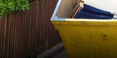 Apre il cassonetto della spazzatura: quello che scopre dà i brividi
