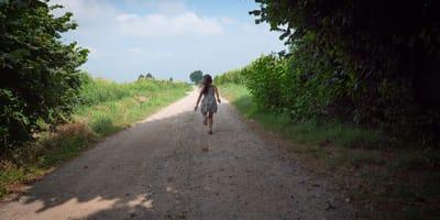Una niña sale corriendo al ver un perro