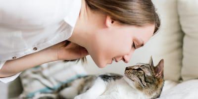 donna che sta per baciare un gatto