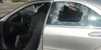 Vede i poliziotti rompere il vetro dell'auto e sa già il perché