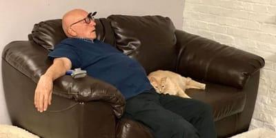anziano-sdraiato-sul-divano