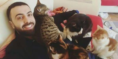 Mężczyzna leżący z kotami.