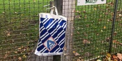 Diese Aldi-Tüte hängt am Tor