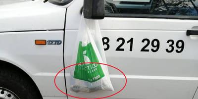 Aparece una bolsa colgada en su retrovisor: lo que encuentra en su interior es realmente indignante