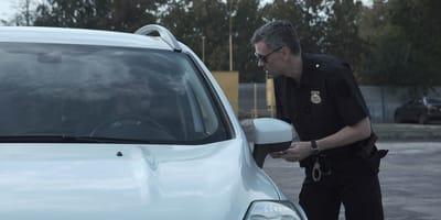 Samochód zatrzymuje się przed dwoma policjantami: kierowca składa przedziwną propozycję