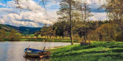 lago-con-barchetta