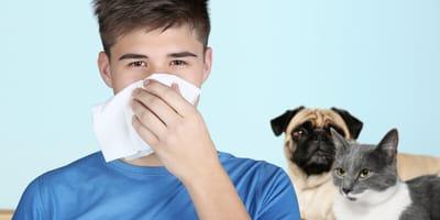 chory opiekun z psem i kotem