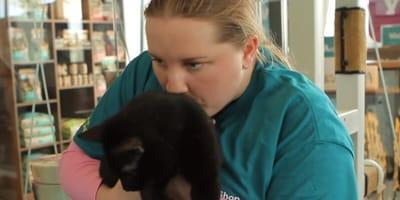 ragazza-autistica-con-in-braccio-un-gattino-nero