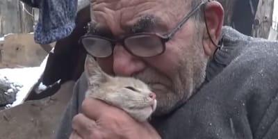 Staruszek stracił w pożarze wszystko poza kotkiem… Na szczęście ktoś odmienił ich los! (VIDEO)