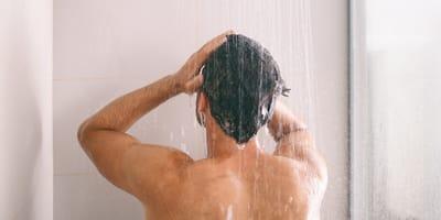 Policjant bierze prysznic, kiedy nagle czuje coś puchatego na swojej nodze