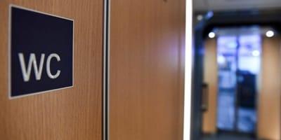 Z WC w pociągu dochodzą odgłosy. Kiedy pasażerowie otwierają drzwi, są w szoku