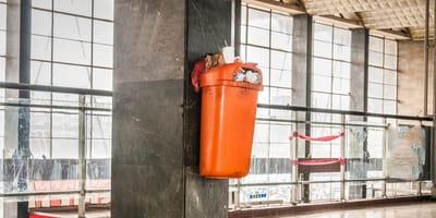 Fund in einem öffentlichen Mülleimer